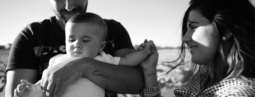 photographe-famille-bebe-parents-naissance-shooting-plage-valras-beziers-serignan-herault